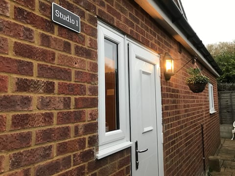 Studio-1/Staines/London/Heathrow-own entrance