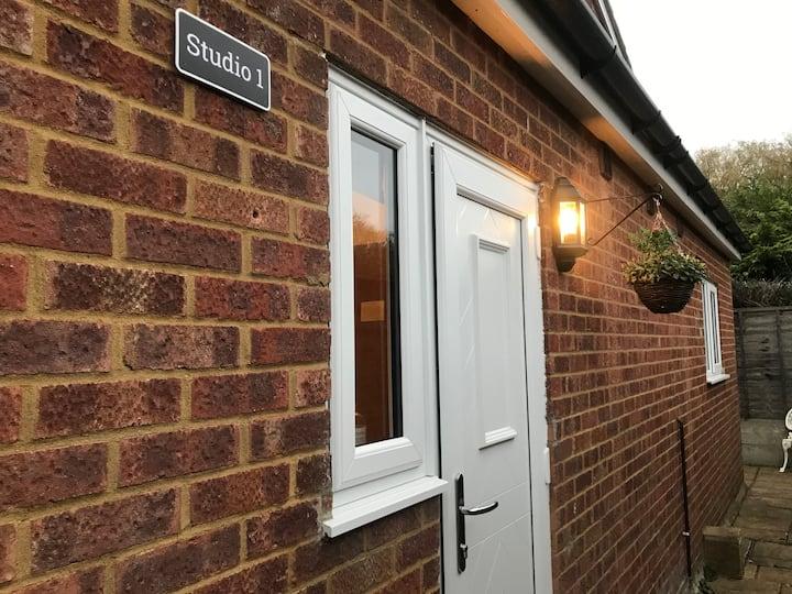 Studio-1/Staines/London/Heathrow-own entrance