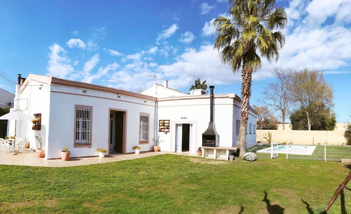 Large Villa  12-18 pers, pool, 850m beach