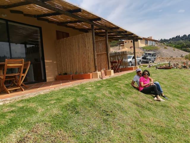 Dos hermosos apartamentos campestres, contiguos e independientes, ideal para familias o amigos que deseen pasar unos días de descanso en Villa de Leyva. Cada uno tiene cocina dotada y terraza con comedor  exterior e interior.