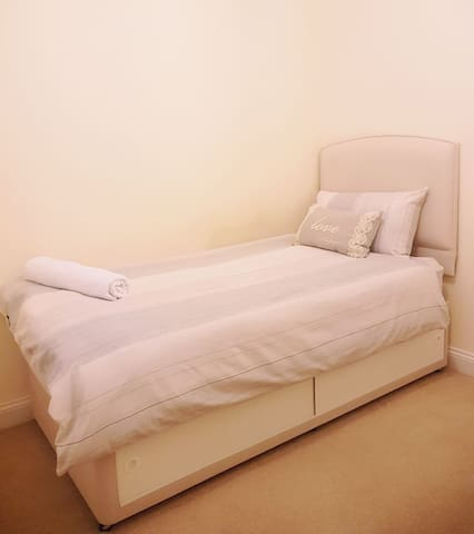 Cosy single bedroom in a friendly family home