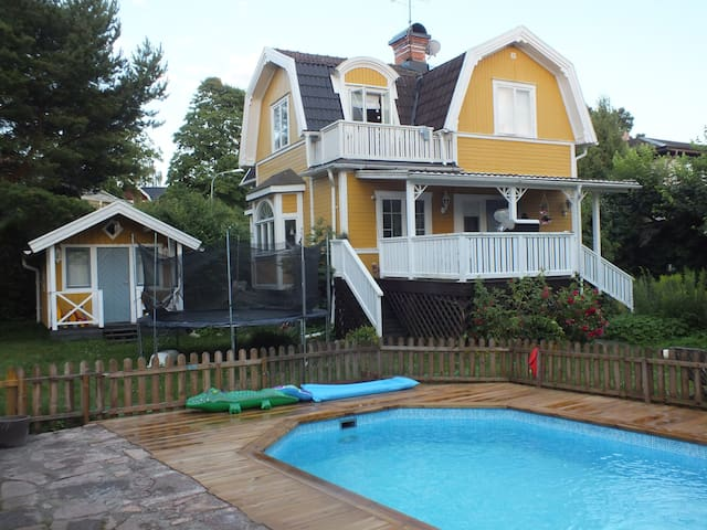 Pool villa, close to sea, 20min to Stockholm city - Estocolmo - Vila