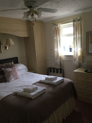 Symonds Yat Self Catering Vermillion - Whitchurch