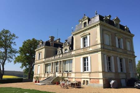 Château avec vue imprenable et piscine chauffée - Daon - Slott