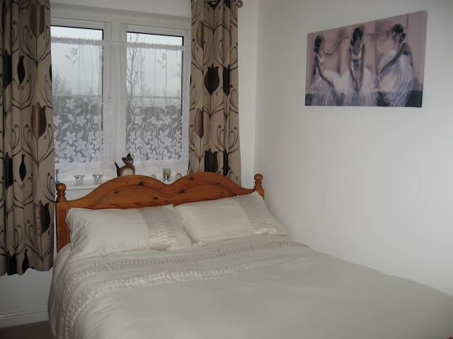 Cosy & quiet double bedroom,own bathroom & parking - Swindon - Apartment