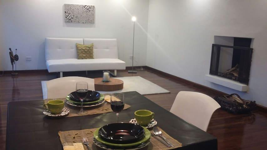 NUEVO ROMANTICO CON CHIMENEA - Quito - Apartment
