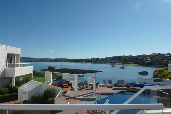 Taupo Central - Lake Edge Resort Apartment 4