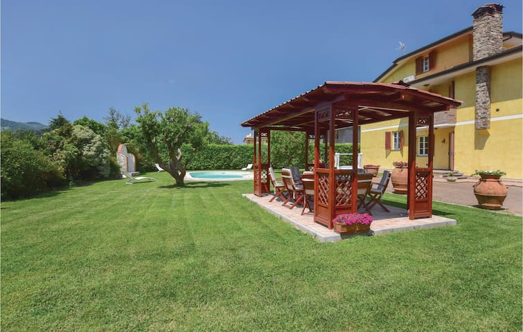 Holiday cottage with 6 bedrooms on 380m² in Camaiore (LU)