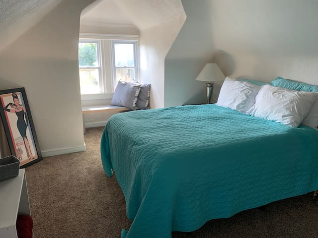The Airy Attic - Large Room in Tower Grove South