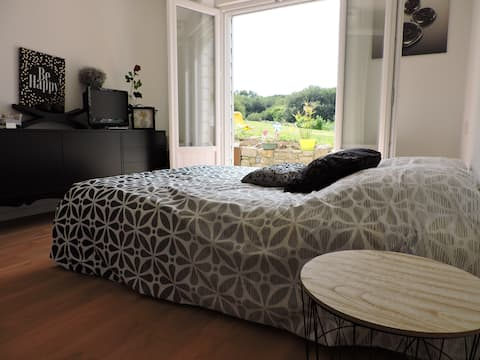 Chambre avec accès et vue sur jardin et terrasse
