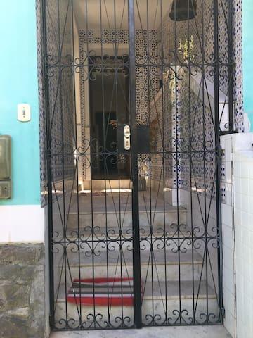 Portão que dá acesso à casa.