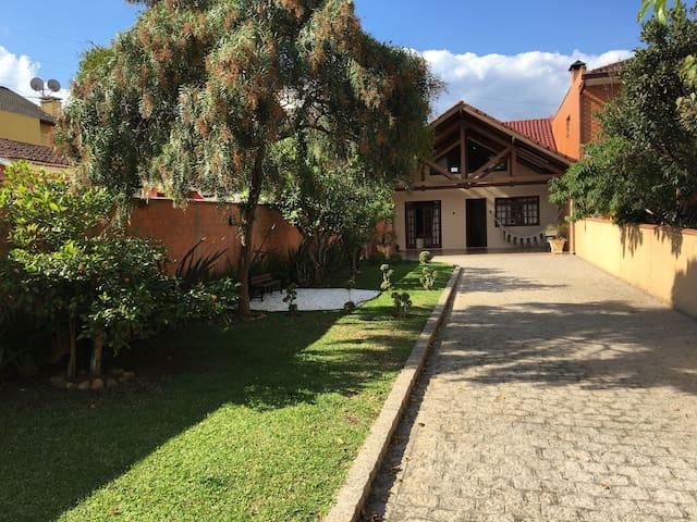 Casa arejada, com bastante natureza em bairro de cultura Polonesa.