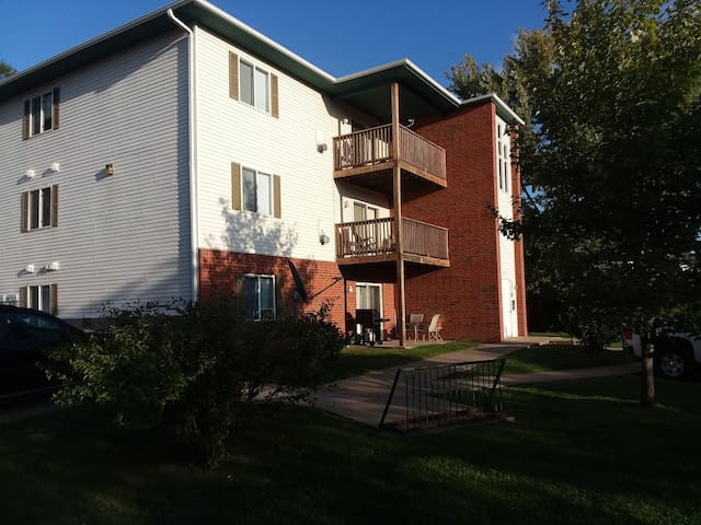 2 bed ,1 bath ground floor condo/apt-east side,ICi