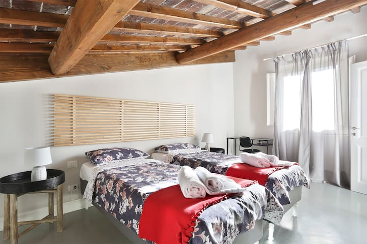2 Singles or 1 Double bed in Central Florence!