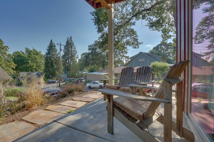 Cozy retreat w/ prime location - close to river adventures, dogs OK