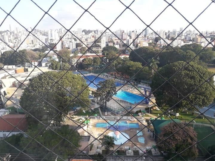 Quarto  priv.  com piscina, linda vista de B H.