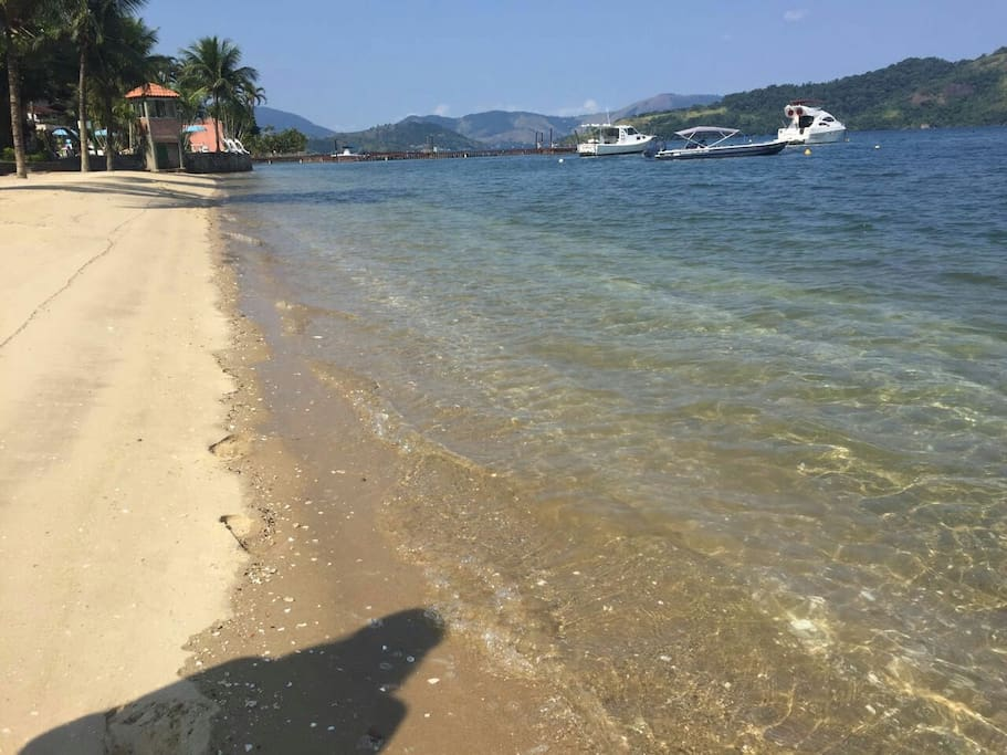 Praia com água cristalina e calma