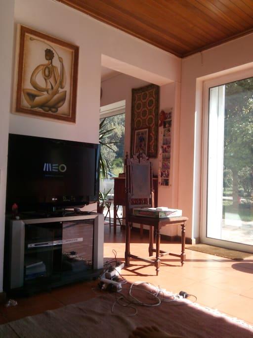 Sala de estar com Tv, internet e PC