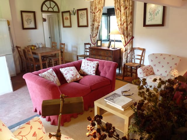 Romantic Gardener's Cottage. Chimeney. Sleeps 4/5