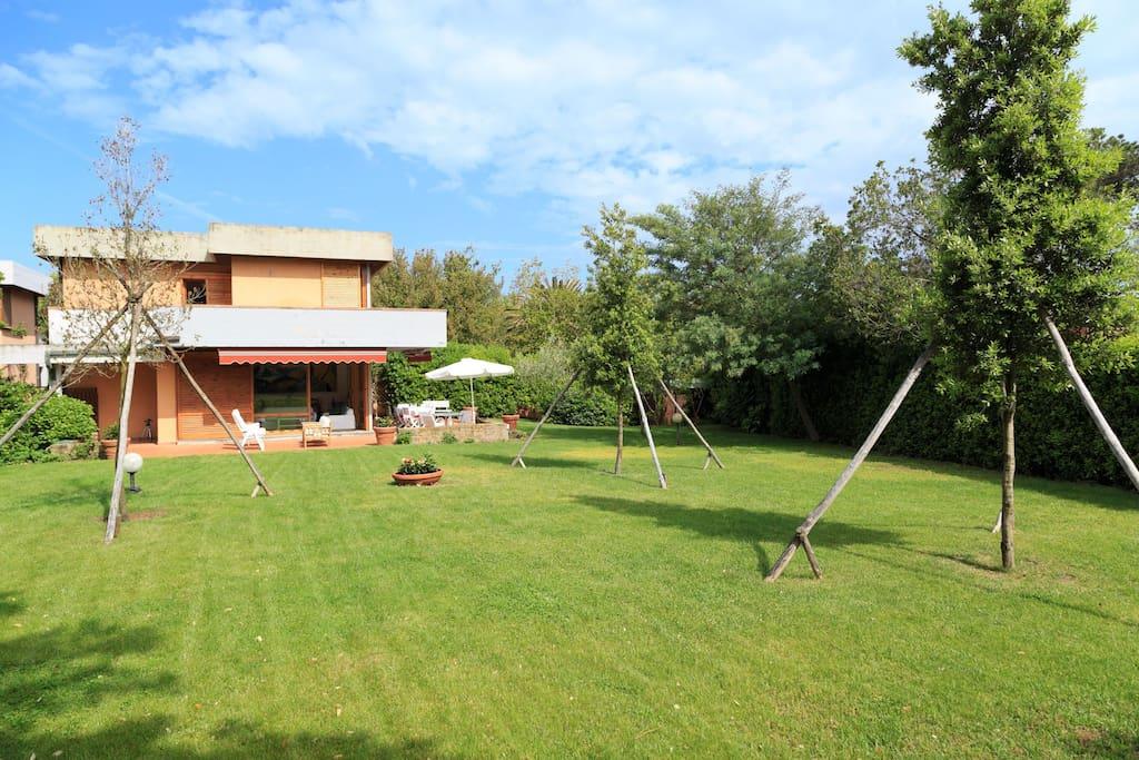 La casa e il suo ampio giardino ben curato