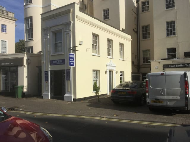 Cheltenham Centre 5* flat parking &secure bikeshed - Cheltenham