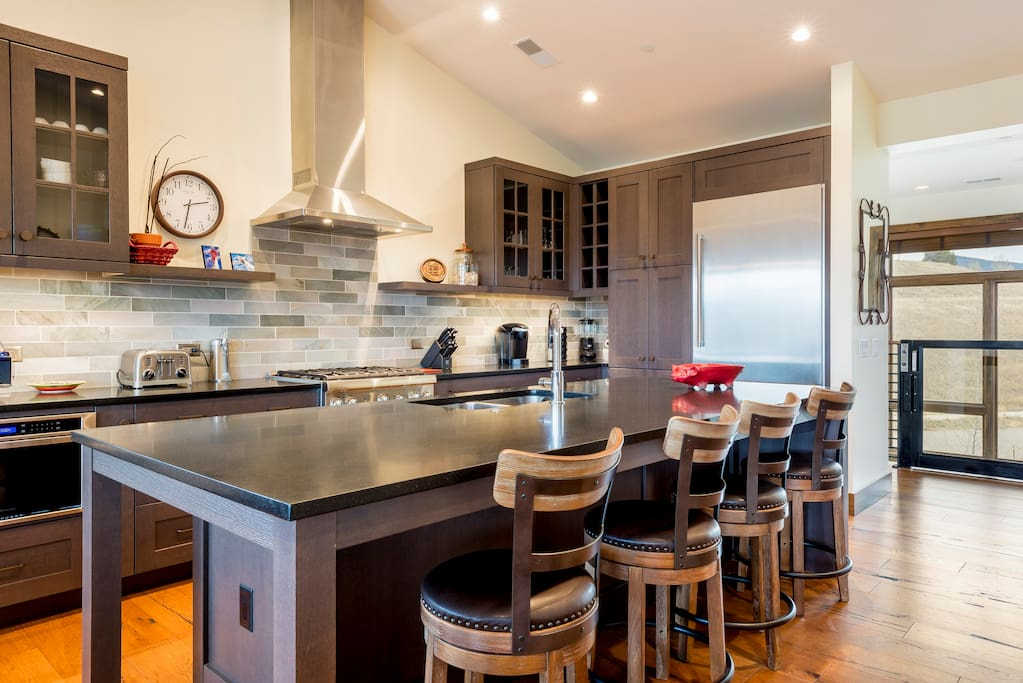 All the cookware, dishes, and gadgets you need can be found in the well-equipped chef's kitchen.