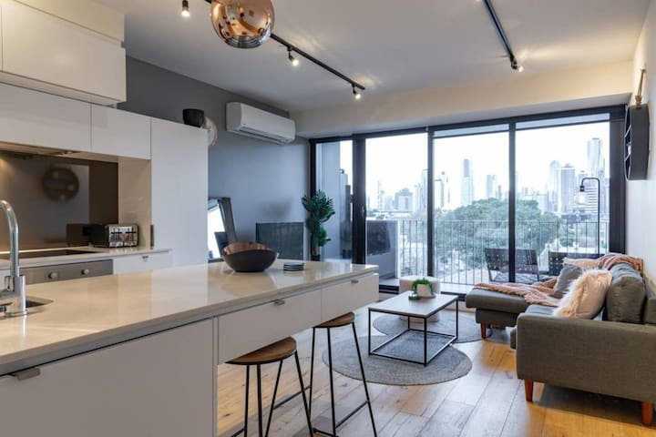 South Melb Apartment w/ Netflix,Wifi + City Views!