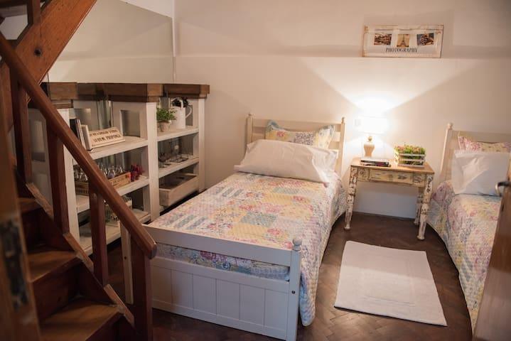 Casa con Jardin Barrio tranquilo, Buena Ubicacion - La Plata - House