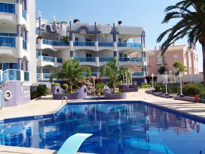 Apartamento en la playa con piscina y garaje.