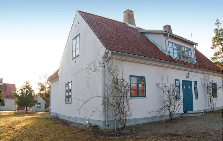 Holiday cottage with 4 bedrooms on 180 m² in Lärbro