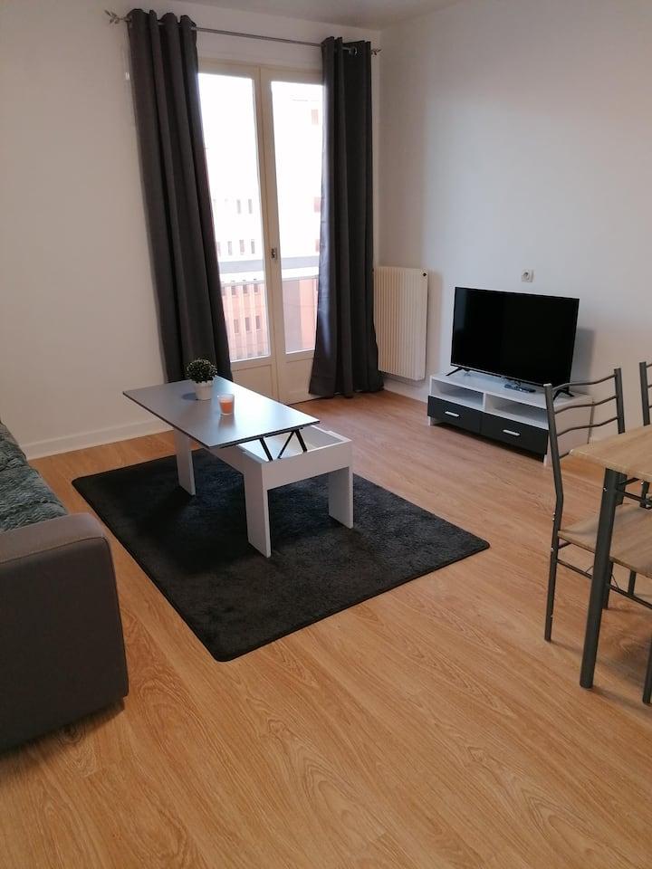 Studio spacieux avec grand balcon proche gare :)