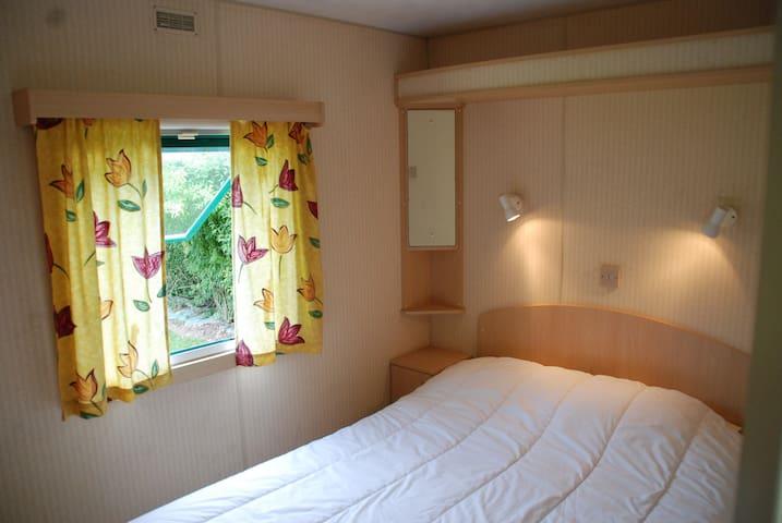 """""""Grande chambre"""" avec placards de rangements et ceintres. Trappe sous le lit pour fer à repasser et table"""