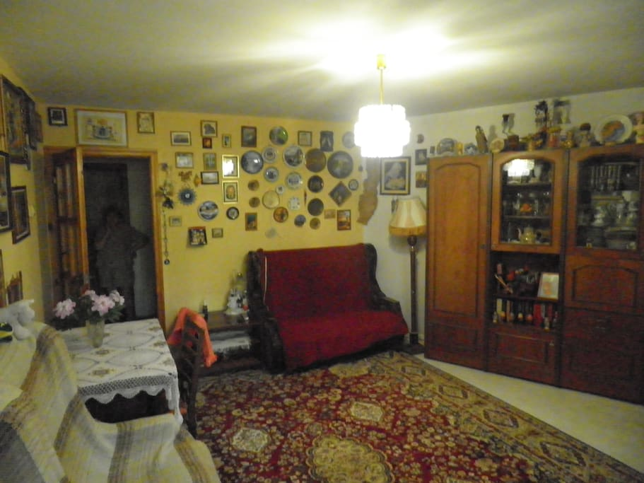 эта же комната