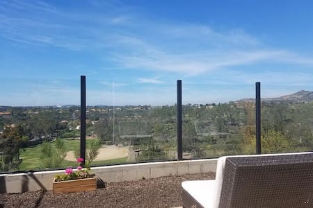 Private room in a townhouse with a great view! - 波威(Poway) - 连栋住宅