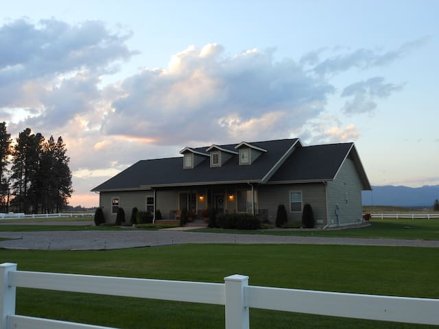 Beautiful Country Home with views! Clean & Large!