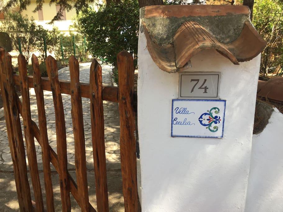 Villa Cecilia 1 - Mattonella d'identificazione  Villa Cecilia 1 - House name-tag by the front gate)