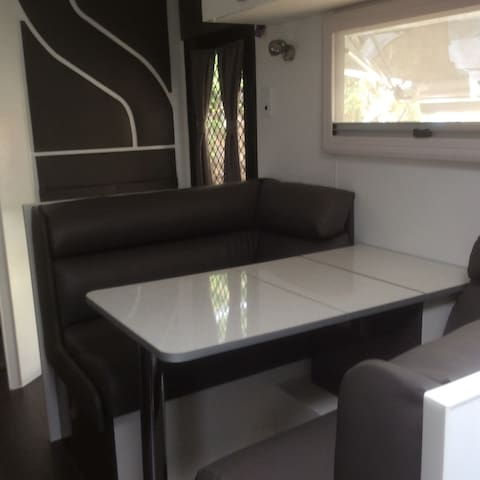 Brand new caravan with ensuite. - North Bendigo - Camper/RV