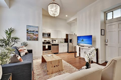 Gentry - 1 Bed/1 Bath Condo - Incredible On King St Location!