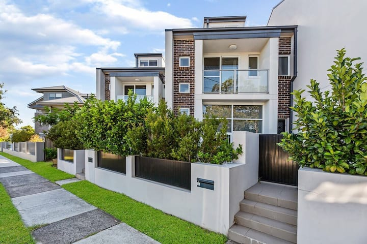 Relax in a Spacious & Modern Townhouse in Asquith