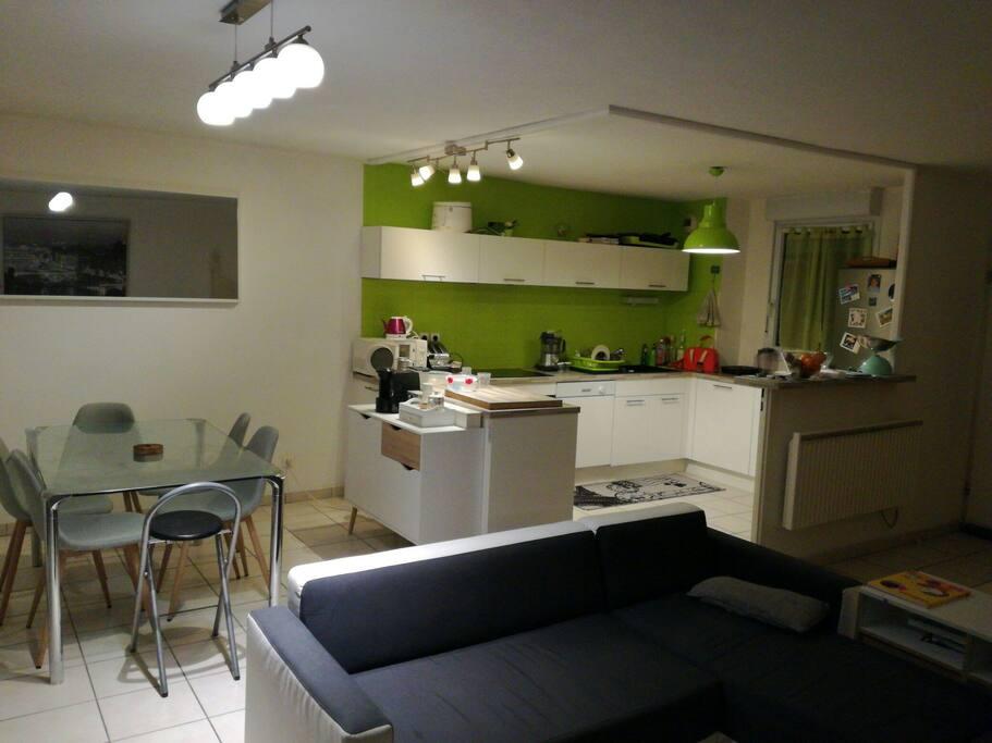 Chambre avec bureau et meuble de rangement lit 2 p for Bureau pyrenees