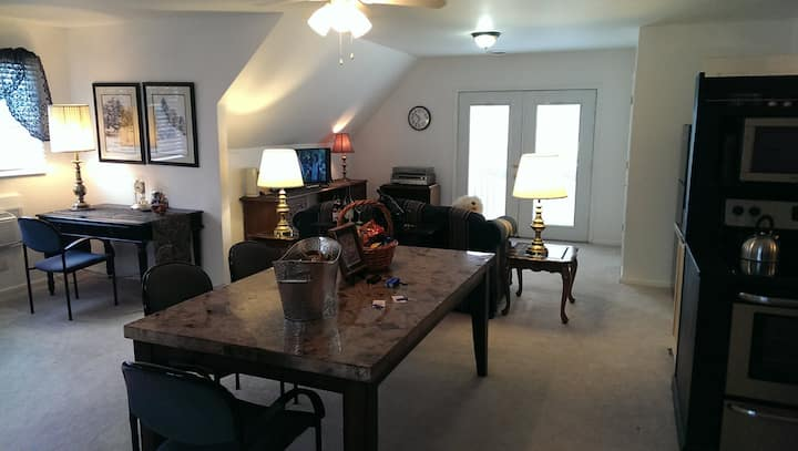 Large suite/kitchen. KC close to Downtown/Plaza