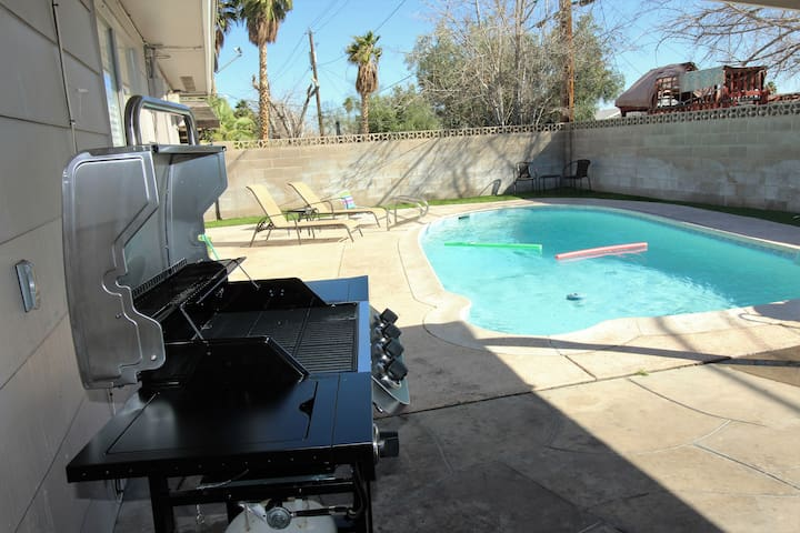 Solar HEATED pool by STRIP....12+ guests