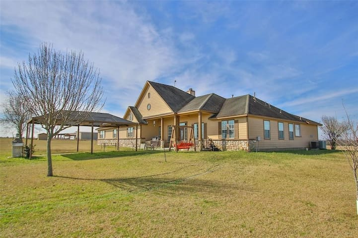 Texas Country Home on 45 ac Great for fams, groups