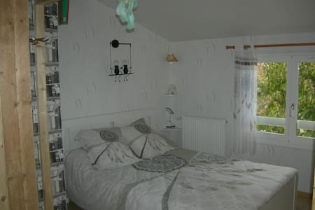 Chambre, salon, dans villa avec piscine & véranda