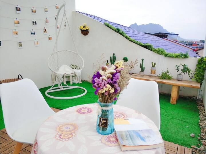 [免费接机]一个艺术客舍ins风/露台花园大床房/睡在床上就能看天门山云海的性价比民宿