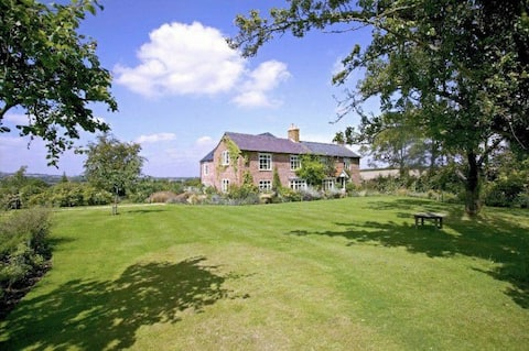Beautiful six bedroom family home on edge of the Cotswolds with tennis court and hot tub
