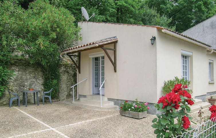 Holiday cottage with 1 bedroom on 45 m² in St Sauvant