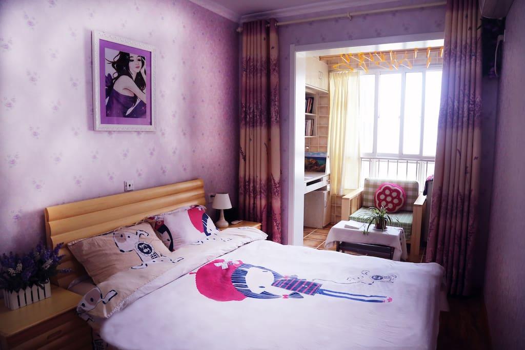 淡紫色壁纸,手工十字绣挂画,熏衣草窗帘……温馨浪漫,安静温暖。一客一换,还有宾馆白⋯和清绿