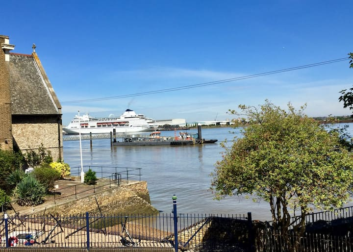 ☆NEW☆  Luxury UK Break? River Views + Home Cinema!