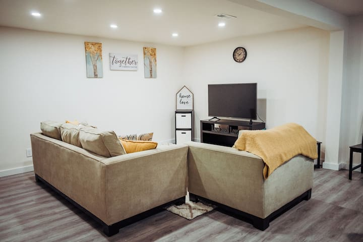 Bright & Spacious 1 BR near Airport and Light Rail